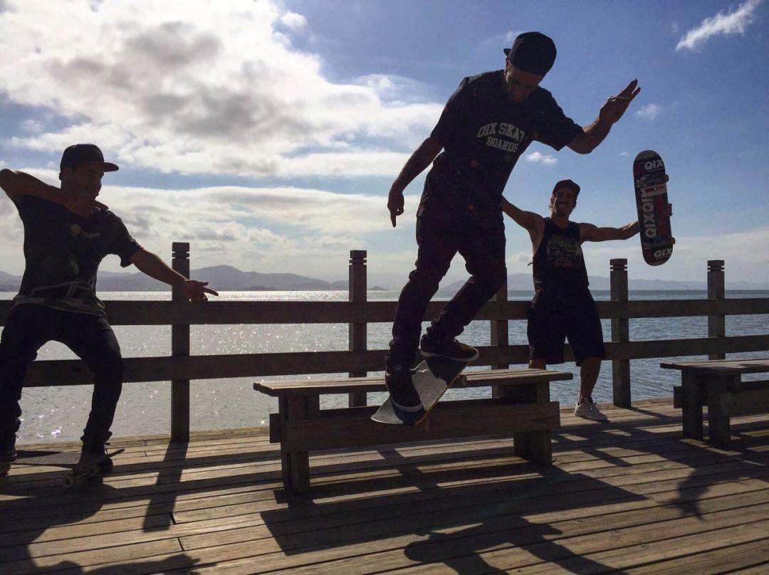 """@caiquesilvaskt, @rodrigoleal """"Maizena"""" e @pablocavalari de rolê em Floripa. Sessão rendeu! Maizena - Bs Smith. #qix #qixteam #qixskate #skateboardminhavida #skate"""