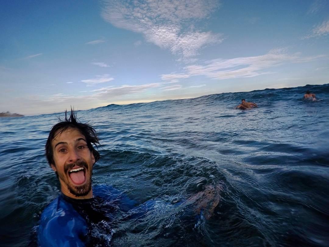 ¿Hay algo más lindo que disfrutar del mar? Sí, disfrutar del mar con amigos. La banda gozando del agua de Shipwrecks.  @maetuanis @goalzero @goodpeoplearg @bunnysurfoutfit @jeffersonoutdoorco  #viewfromapurplevan #hitthewave #homeiswhereyouparkit...