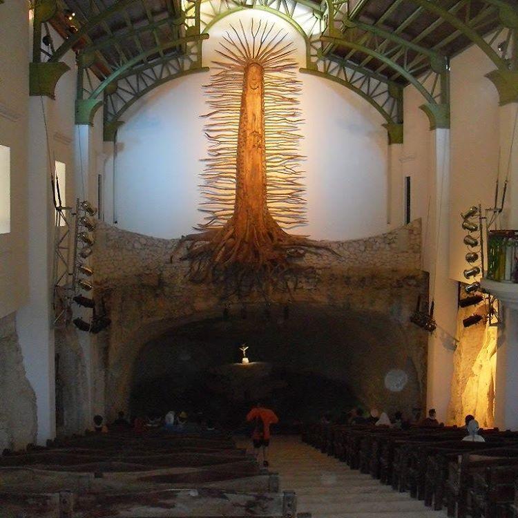Cuando la vi por primera vez, pense que se trataba de un cienpies.... pero chanfle: se trataba de la virgen de guadalupe!! #all_my_own #cienpies #virgen #guadalupe #estaes_america #iglesia #mexico #xcaretpark #jodeme #d3100 #nikon #creencias...