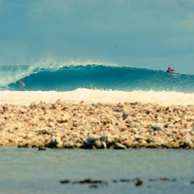 Lecciones de manejo en Tahití con @cyrus_sutton #soul #surfing #waves #reefargentina