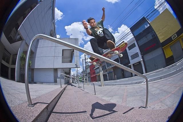 """Tiago """"Picomano"""" teve vídeo publicado no site CemporcentoSKATE. Assista e confira as tricks do amador. Foto: Thomas Losada. QIX.COM.BR #qix #qixskate #skate #skateboardminhavida"""