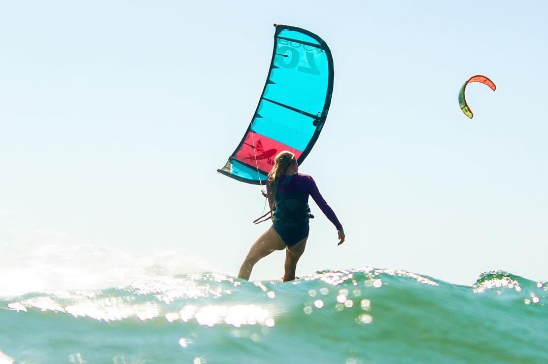 Increible foto de @paulahastrup  Sun-Safe ☀️☀️☀️➳ Surfsuit in Violet & Navy  #katwai #active #swimwear #kitesurf #surfsuit #brasil