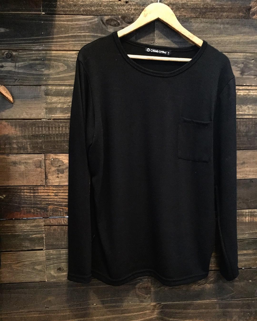 Nuevo Sweater con bolsillo y buen cuello. Disponible en negro y gris en nuestros locales. Bien fresco para primavera.