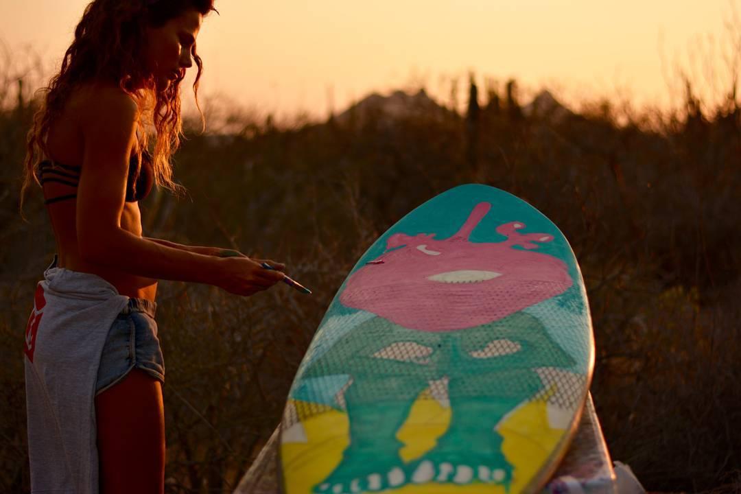 Después de cinco días de vivir en la playa, Agus fue la encargada de organizar nuestro reencuentro con una ducha.  Además nos pintó una de nuestras tablas, grosa.  @maetuanis  @goalzero @goodpeoplearg  @econo @bunnysurfoutfit  @jeffersonoutdoorco...