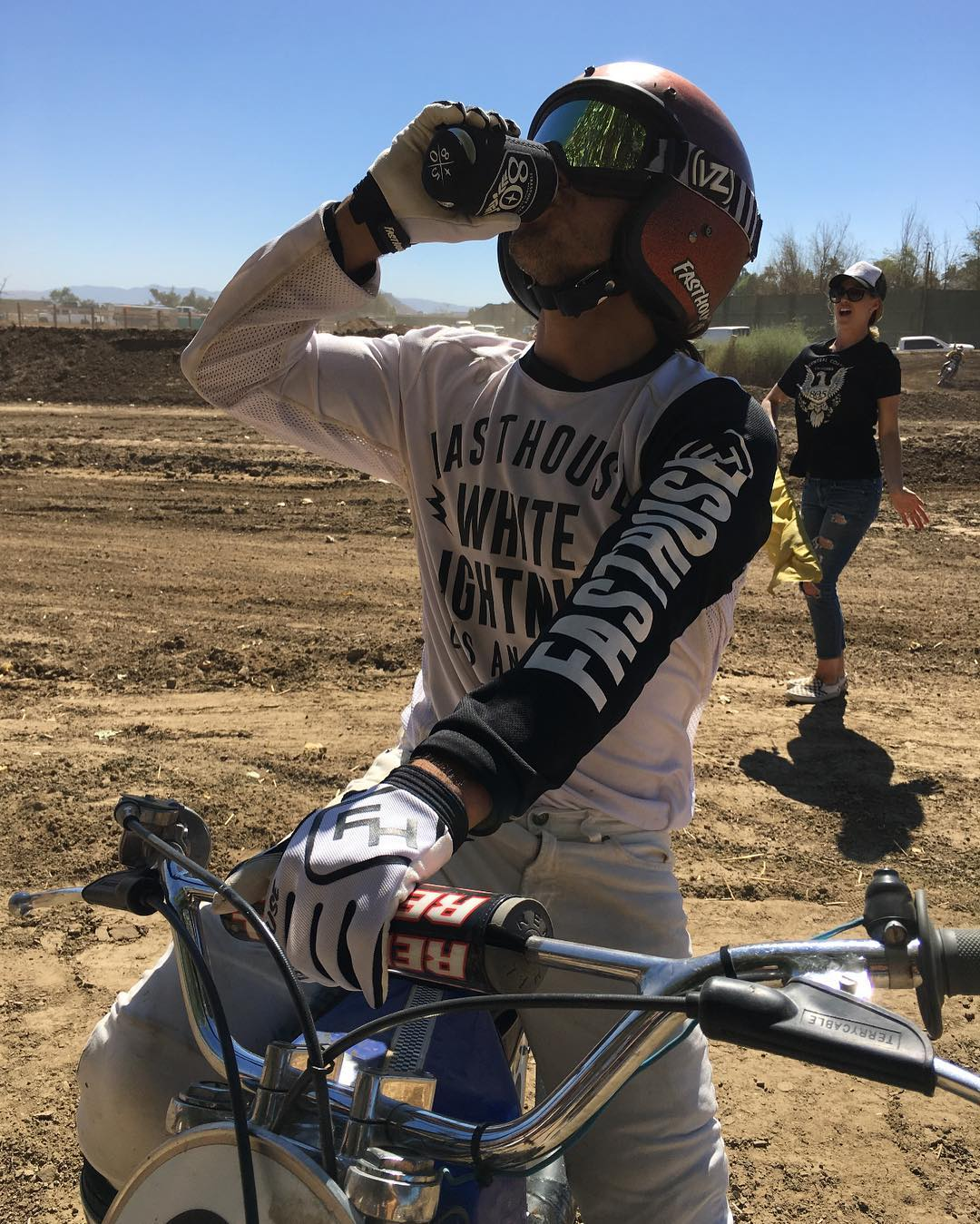 @rd51 out here with a little refreshment between laps. Don't try this at home. @vonzipperfreewheelers #FreewheelersRC #VonZipper #SupportWildLife