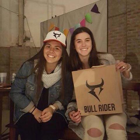 >BULL RIDER SOLIDARIO< Las chicas súper contentas con el premio de su rifa ayer en el festival de bandas solidario de la catedral
