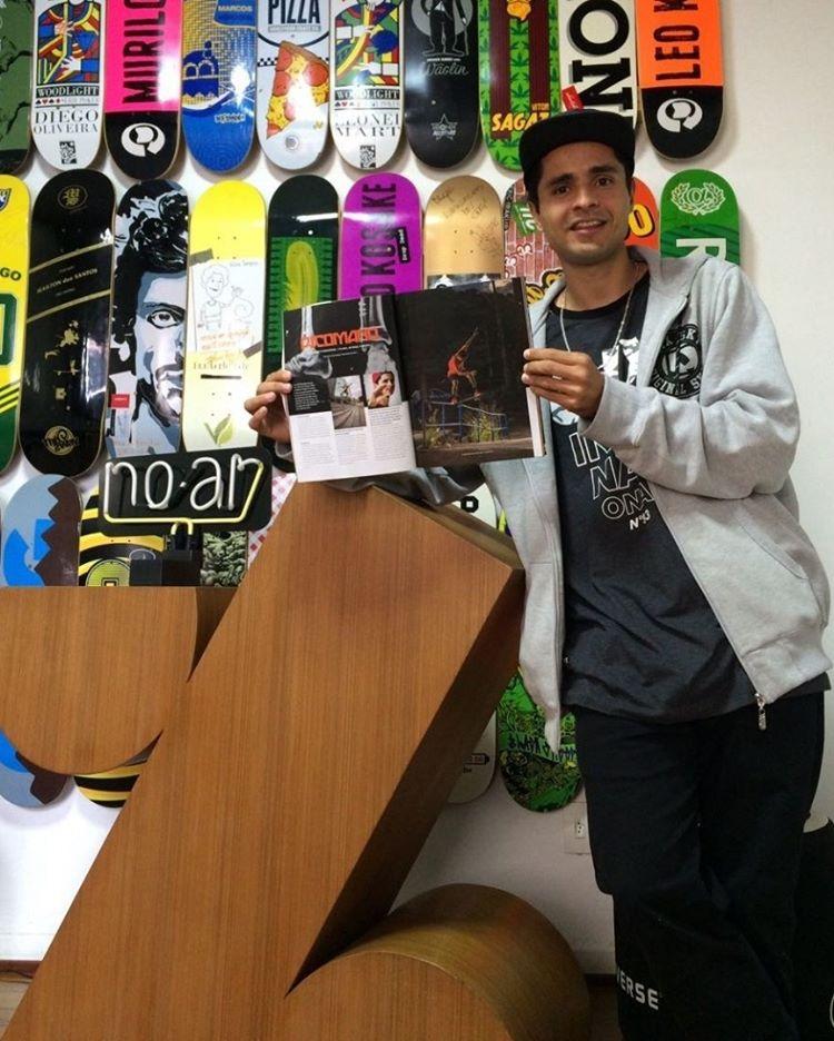 """Tiago """"Picomano"""" na redação da CemporcentoSKATE com a edição 198 nas mãos. Matéria: """"Picomano depois de 8 parafusos, 1 placa, 40 dias, 5 meses…"""". Relembre a entrevista: QIX.COM.BR #qix #qixskate #skate #skateboardminhavida"""