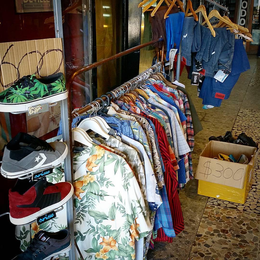 #OUTLET en #galeriaplazaitalia loc. 27 #camisashawaianas bermudas y jeans TODO a $400. Zapas lona $300 Blunt, raven y Krial de cuero a $700