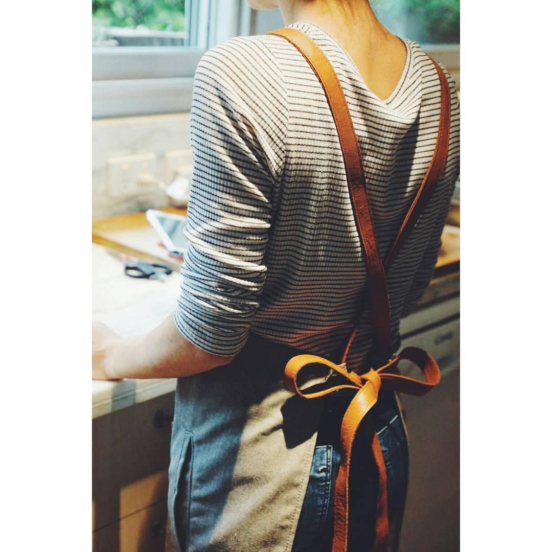La espalda de nuestro delantal / preparando un budín de banana  #diadelamadre #mamá  www.mambomambo.com.ar
