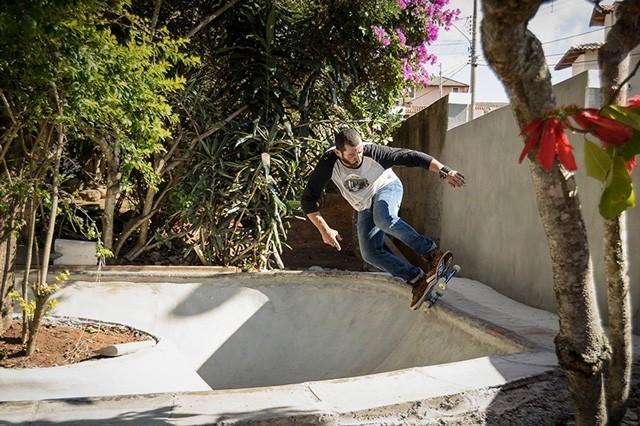 """Não é para qualquer um chegar aos 51 anos de idade dando um rolê de skate. @marcoscunharibeiro """"ET"""" acompanhou a evolução do skateboard e continua na missão, sempre com o skate na veia. Em uma trajetória de 40 anos de skate, ele conquistou amigos e..."""