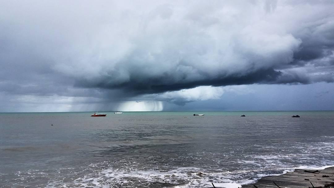 Linda tarde en la playa con la lluvia rodeandonos. #PlayaBlanca #Cocle #Panama