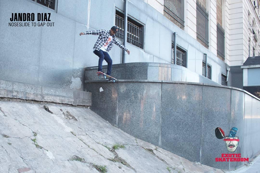@jandro.d  nos deja un noseslide en un spot difícil por Retiro.  #labskateboarding #labskate