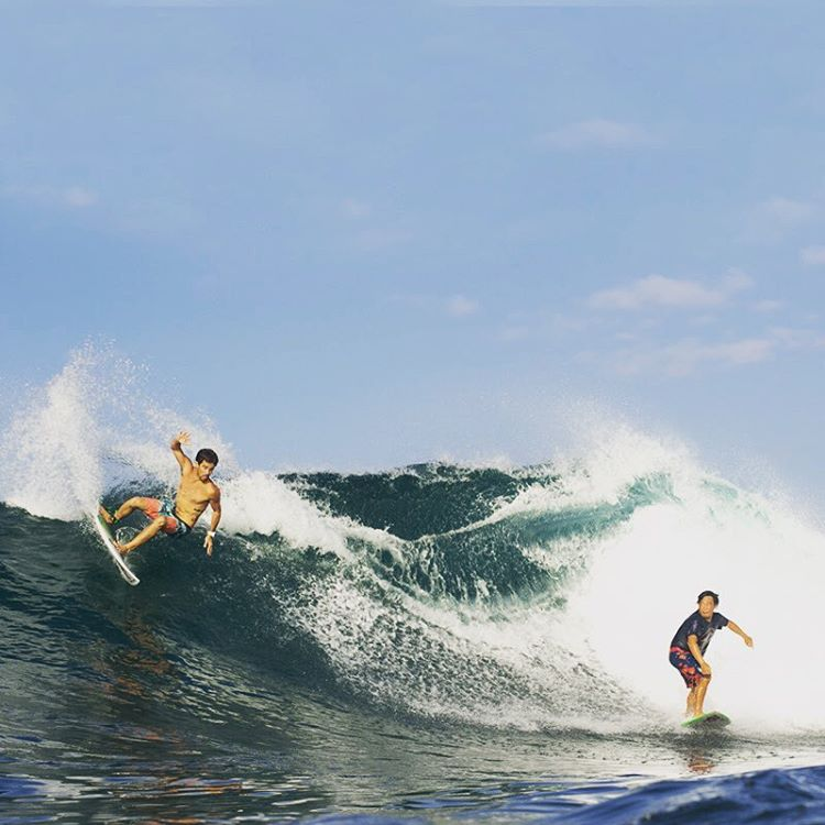 Sunday fun day @burgerinparadise and @cocom4debarrelkilla sharing one in Bali. #surfing #bali