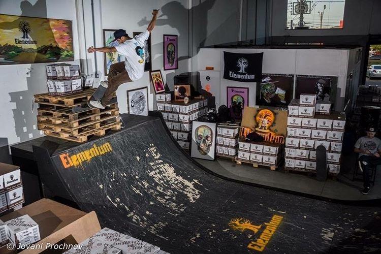 Registrando o moment. @caiquesilvaskt Ollie to fs smith stall to ollie out. Foto: Jovani Prochnov. #qix #qixskate #skate #skateboardminhavida