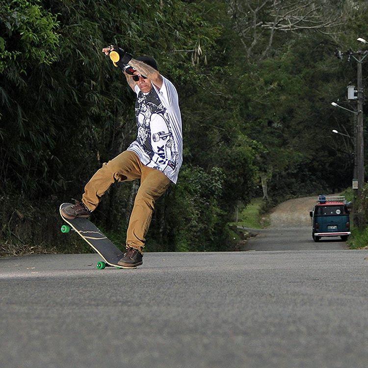 Sergio Yuppie é considerado uma lenda do skate downhill brasileiro. O aniversariante do dia continua com o skateboard no pé e na veia, vivendo o skate de alma pelos quatro cantos do mundo. E não importa o lugar, com ele o drop está sempre garantido....