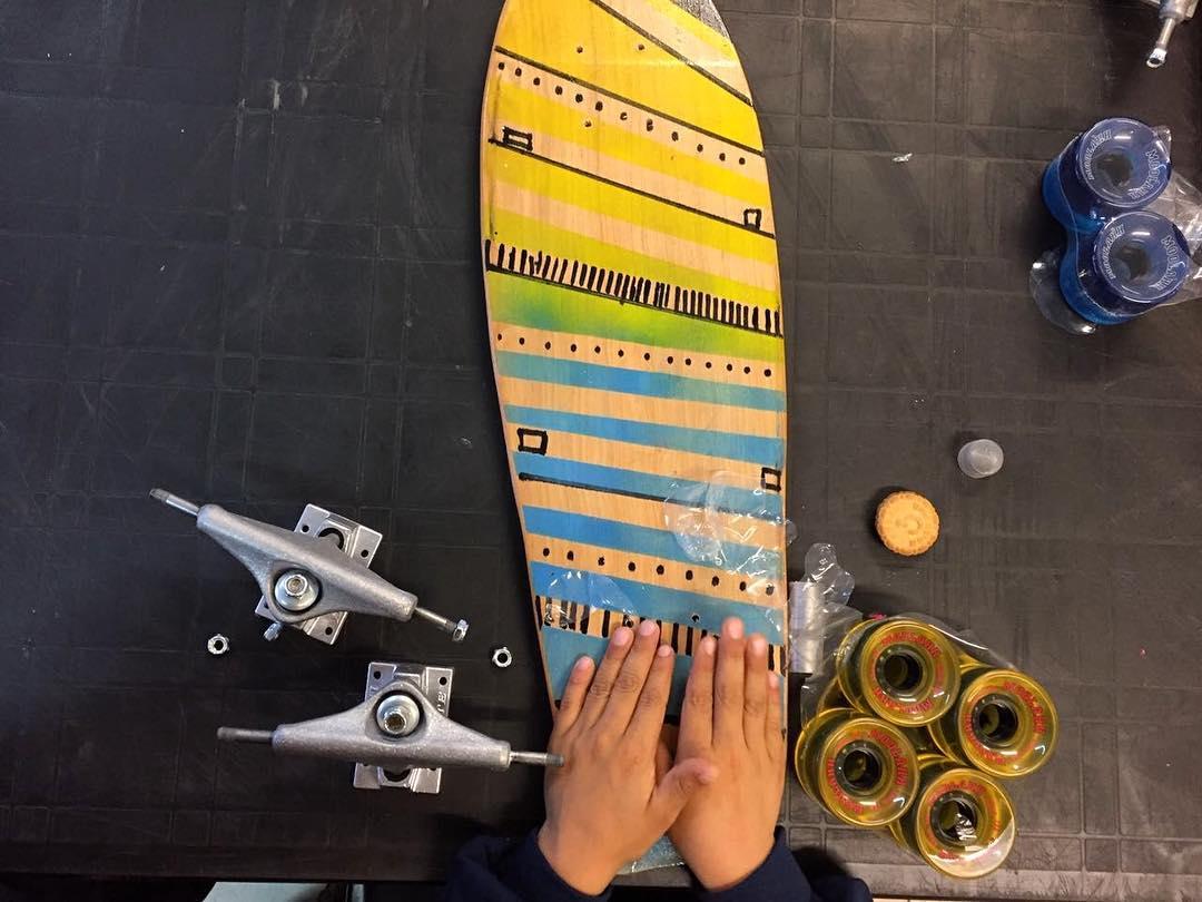 Con las manos en el avance! // hands that keep forward! #talleresdeslizate #barrio11114 . . . . . #taller #workshop #kids #socialinnovation #innovacionsocial #avance #handmade #wood #hands #skatetrucks #skateboarding #skateboard #longboard #slum