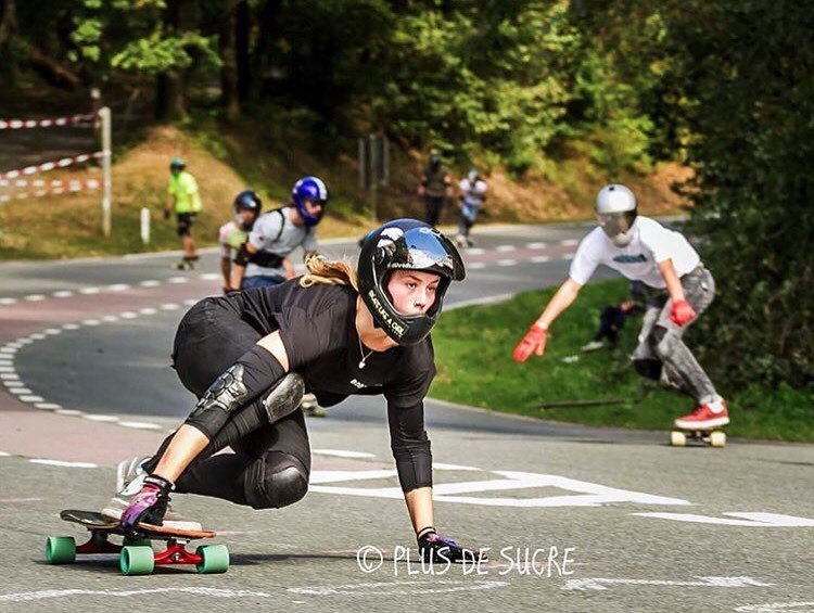 @longboardgirlscrew_nl rider @rosanne_onboard with the focus mode on