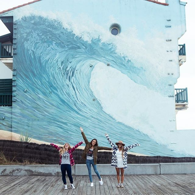 Hunting waves on lay days at the #ROXYpro France with @caroline_markss, @justinemauvin and @maineikinimaka. If you're in Hossegor this evening, swing by the ROXY team signing for a selfie and an autograph or two