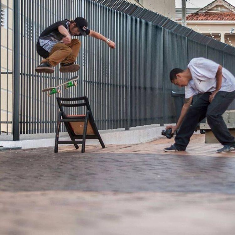 Sessão no beco... @pablocavalari com os parceiros @rodricociric nas imagens e @gs_semptem que registrou esse Ss flip. #qix #qixskate #skate #skateboardminhavida