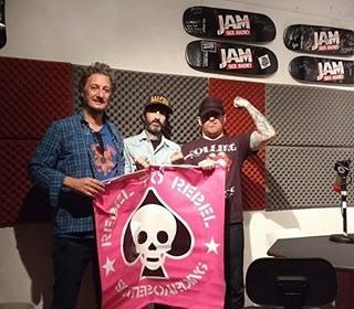 Gracias @luismayerart  #tattoo x la visita a Hoy todo apesta x la @jamsk8radio con @von_monchster
