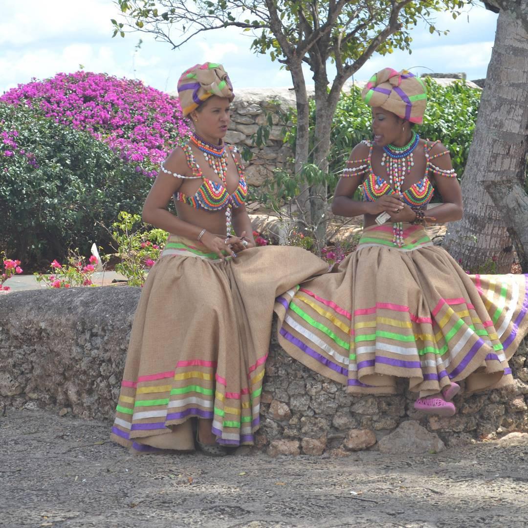 No creo que sean vestidos tipicos de la dominicana... pero como toda la gente donde el sol calienta mucho, son alegres y coloridos!  #all_my_own #estaes_america #republicadominicana #altosdechavon #fotosnomadas #fotografia #nikon  #d3100 #laromana...