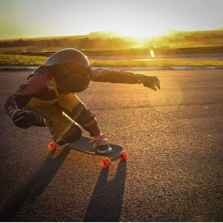 @longboardgirlscrewarg rider @sabrinaambrosibordo shredding in one of Argentina's most famous racing circuits. Also, golden hour on point.