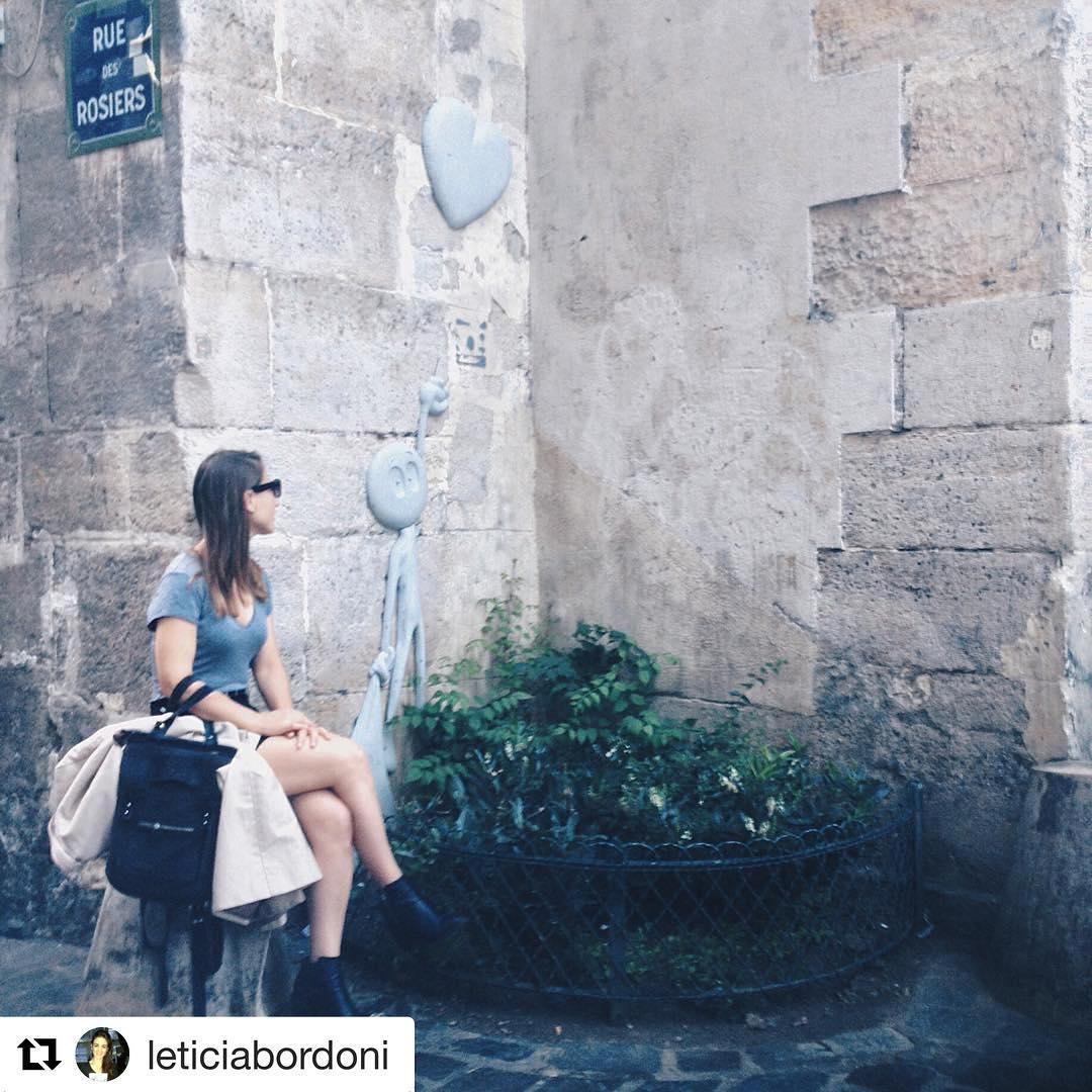Hermosa foto de @leticiabordoni en Paris con su mochila #Pitimini. En Amsterdam se venden a través de @purapatria_