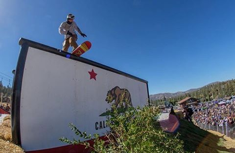 Lenny Mazzotti switch front board at Hot Dawgs and Handrails @volcomsnow @fluxbindings @electric @bear_mountain @lenny_mazzotti