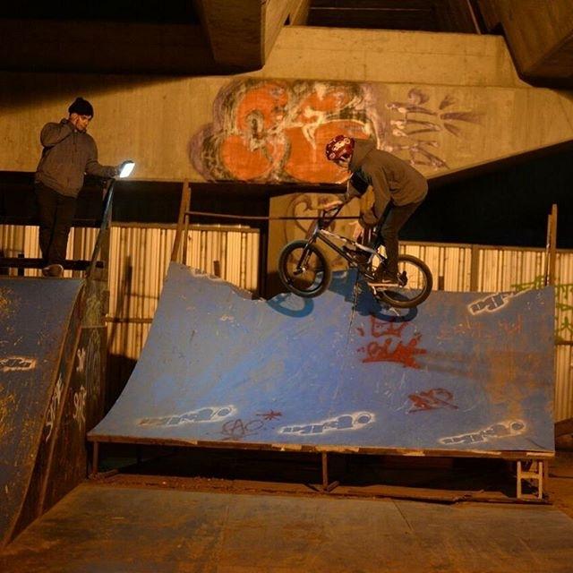 #repost @berni_bmx Barspin hace unas fechas con la iluminación de @gasti_gallardo y la bici de @100porcientov en KDT