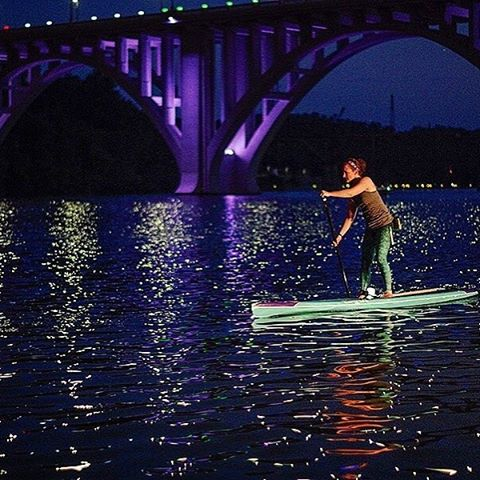 BY THE MOONLIGHT #repost @clarkekt @nashvillepaddle #sup #moonlight #waterwoman #adventure #leggings #okiino