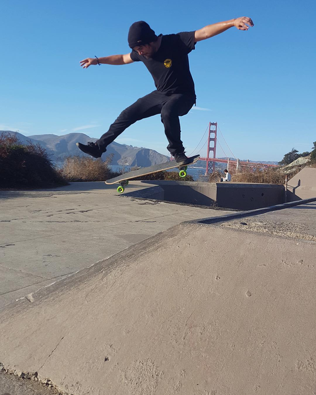 @deadbear13 recently took a trip up to the San Francisco and kicked out this Ollie-North with the Golden Gate Bridge on the horizon.