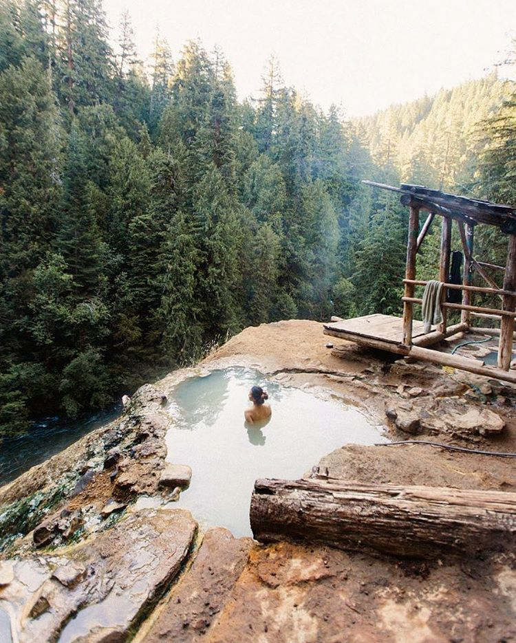 COLD MORNINGS ☁️ There's nothing that an outdoor soak can't solve, especially on a chilly Oregon morning. Nice #RadParks shot @robin1time. #FindYourPark #Oregon