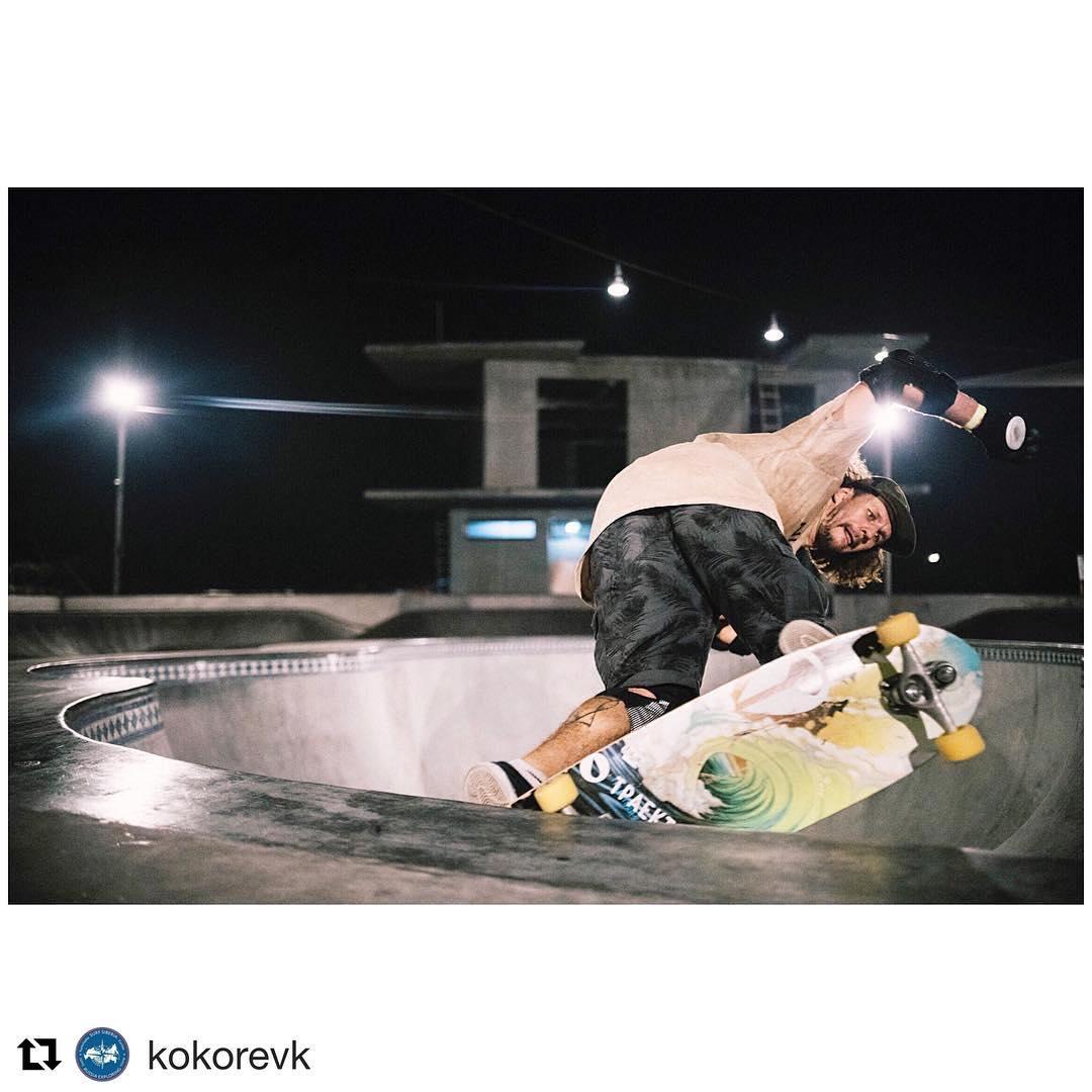 #Repost @kokorevk with @repostapp ・・・ Приехал на о Бали  волны не лучше чем в Абхазии народу тьма на лайнапах! Зато куча новых вкусных кафешек, скейтбоулов и серфшопов с клевыми досками !))) #travel #life #skateboard #carverskateboards #concretesurfing...
