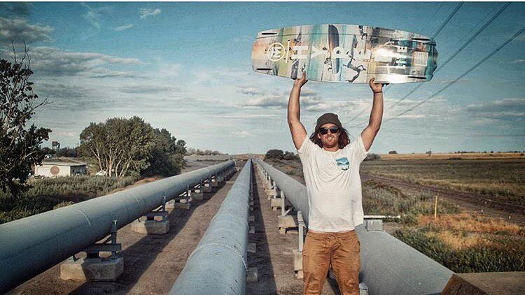 @trevermaur showing off his new 2017 @hyperlitewake pro model board, while in the BIXBY by @hovenvision.  #hovenvision #wakeboarding #shades #alwayssunblockingneverfunblocking #hyperlitewake #thedelta