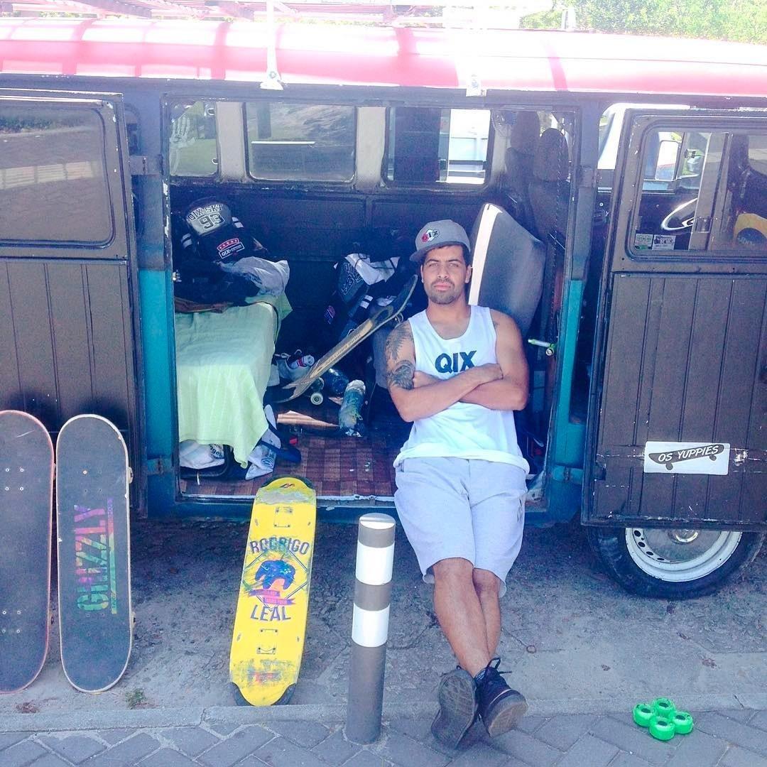 @caiquesilvaskt de rolê na famosa kombi dos Yuppies. #qix #qixskate 3skate #skateboardminhavida
