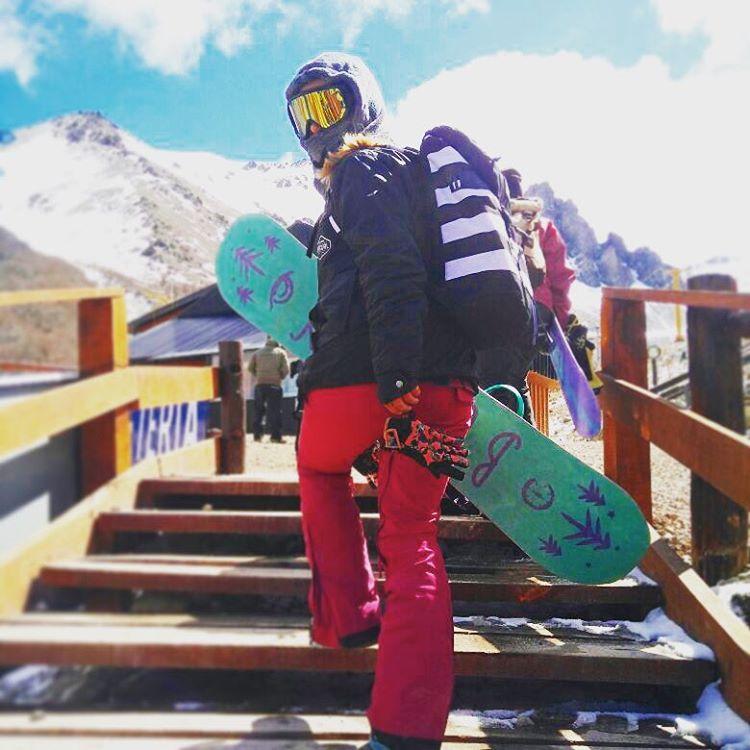 Mochila y equipo Burton ✅ Antiparras Anon ✅ Deja Vú Flying V ✅ Mar Ferreira lista para subir la montaña, aprovechando la nieve hasta el último día