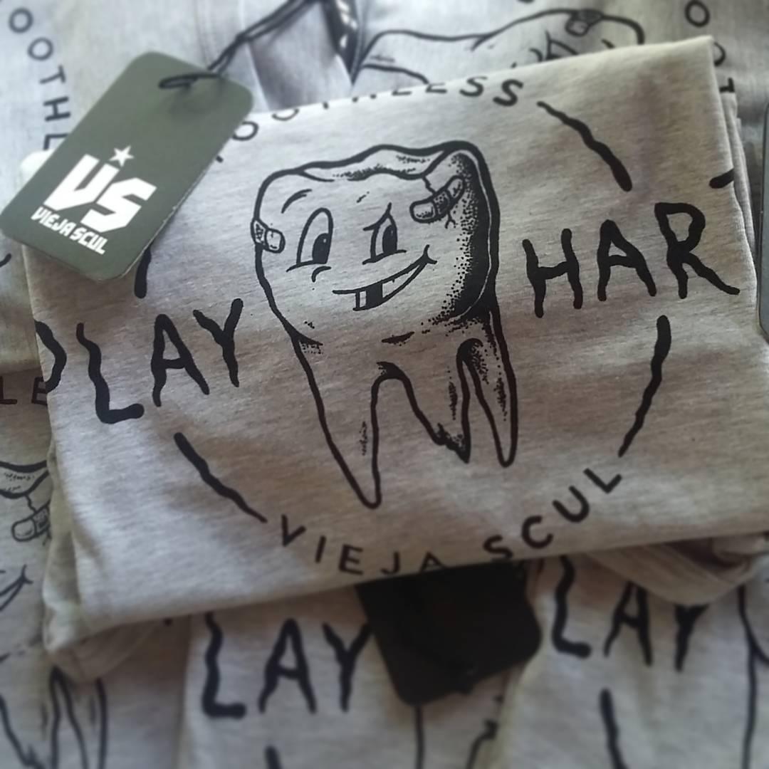 Play Hard - Nuevo diseño #ViejaScul realizado por el maestro @caveman_dg  Podes tenerlo en la nueva línea de musculosas! #illustration #new #tees #summer #verano #tshirt #Shirt #dibujo #ilustración #diseño #oldschool #oldschooltattoo #skull...
