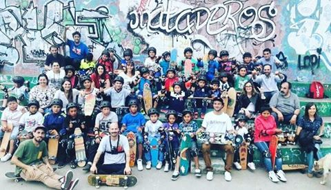 Skatesocial...! Ayer parte del team @jirafasanchez , @jonyrodriguezskt y @sebafrancoskate participaron de una clase en #mataderospark para los chicos de #lospiletones. Por más #skateboarding para todos !  Gracias @corporacionbuenosairessur  #skatepark...