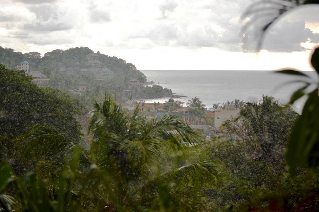 En Sayulita vivíamos con @monaonce11 y @oksana_max, y ésta era la vista desde el balcón de su casa, en la cima de Gringo Hill.  Llovía fuerte, y seguido, pero era una lluvia que se disfrutaba, lluvia de alivio, lluvia de vida.  @maetuanis...