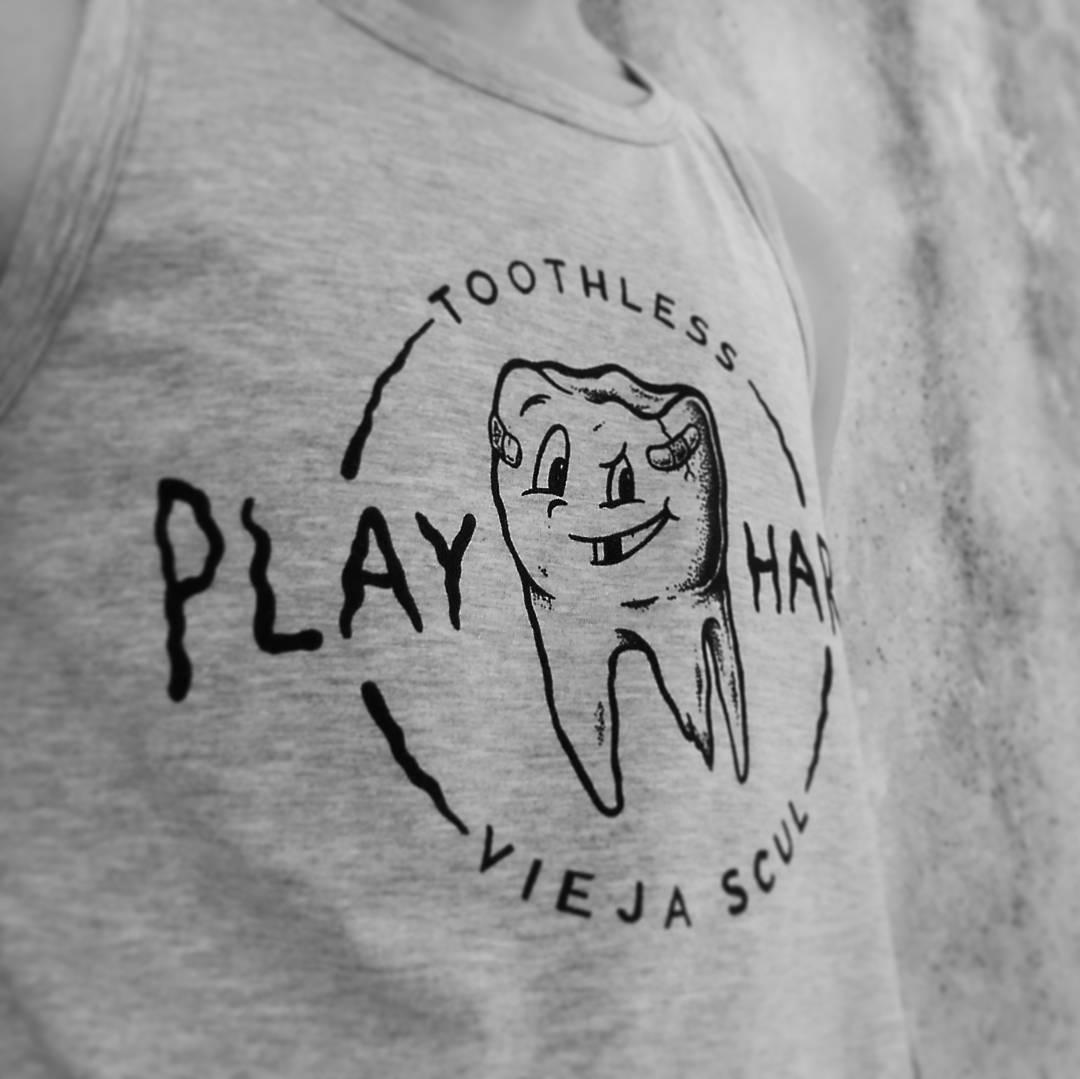 La línea de musculosas #ViejaScul ya está disponible para tu local. Hacé tu consulta! #illustration #new #tees #summer #verano #tshirt #Shirt #dibujo #ilustración #diseño #oldschool #oldschooltattoo #skull #tradicional #surf #playa #beach #tipografia...