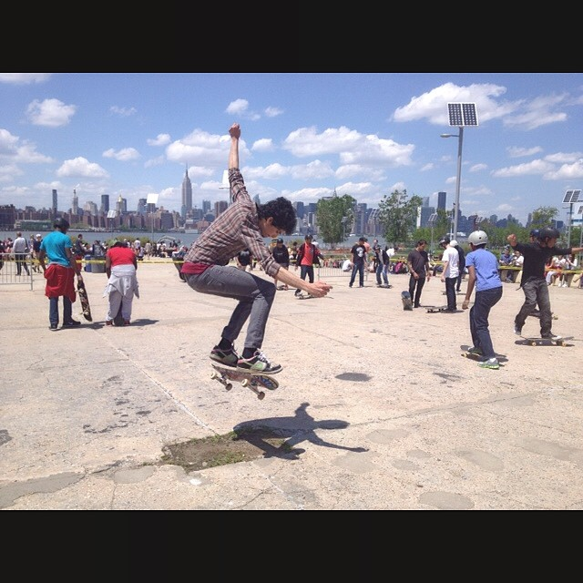 Thanks to our STOKED NYC Volunteers & Skate Mentors who came out to East River State Park to partner with @nycparks to clean up + beautify the park. Great day with our NYC STOKED Youth, awesome volunteers & rad #skateboarding. #newyorkcity...