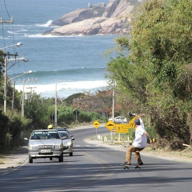 No drop com Sergio Yuppie. A milhão na ladeira do morro da Praia Mole em Floripa. Foto: Julio Detefon. #qix #qixskate #skate #skateboardminhavida
