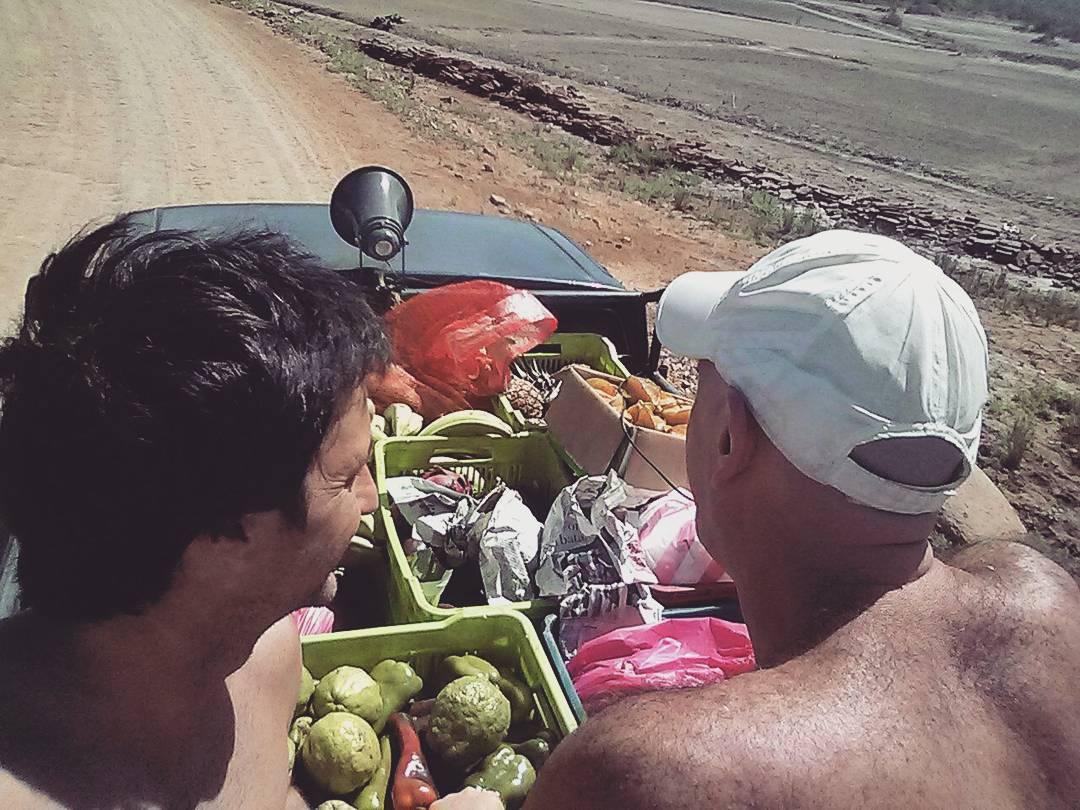 En este mismo horario a unos cuantos miles de km de distancia pasa el camion de frutas por Guasacate, Popoyo, Nicaragua. Mas vale no faltar a la cita si te encontras por ahi. Al escuchar su megafono la gente sale, lo corrre, lo llama.  Perderlo no solo...