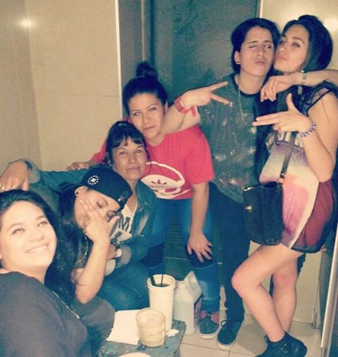 Alta noche! Re #pistols  Chupo ya se copia de mis poses, amo todo jajajajjajajaa . . . . . . . . . . . . . . .  #friends #amigas #lesbians #tomboys #butchs #dykes #lesbian #lesbianstyle #tomboystyle #instalesbians #tomboyswag #butchlesbian #instalesb...
