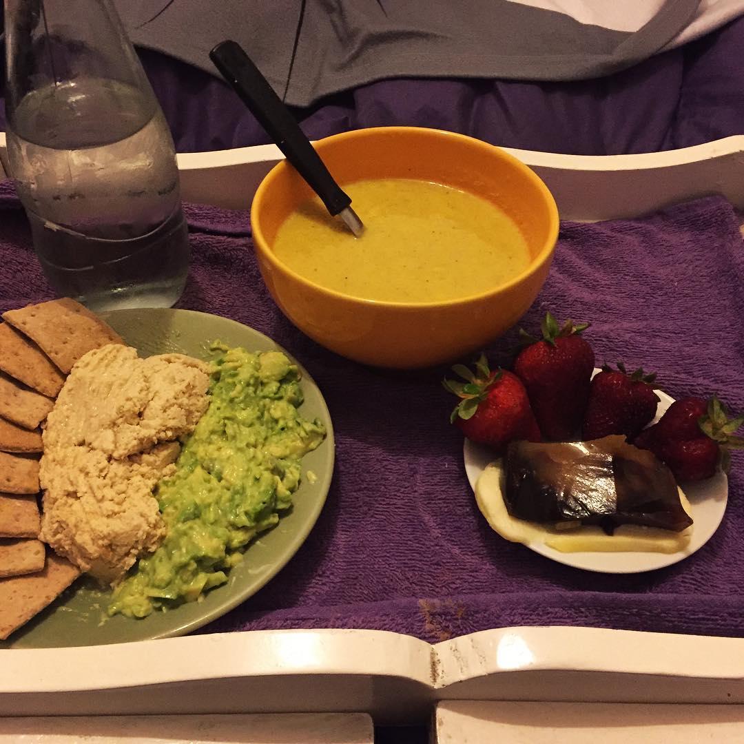 Paté de Hummus (si pate porque la cague esta vez con los garbanzos y la consistencia no me quedo), guacamole, sopa de cheddar-no-cheddar (zanahoria, papa, cebolla, caldo de verdura, levadura nutricional y cajú con una pizca de ajo). De postre frutillas...