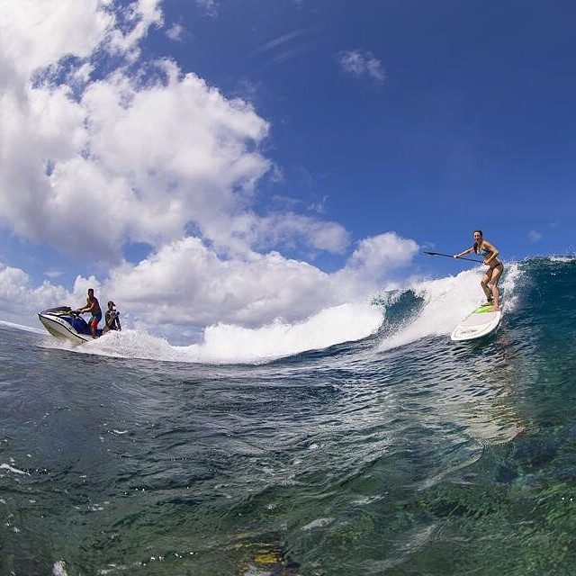 Absolutely amazing shot of waterwoman Nikki Gregg charging at Teahupo'o in Tahiti. Any chick who surfs #chopes gets serious respect from us! Love it even more she is wearing a local honey bikini. Nice one @nikki_gregg