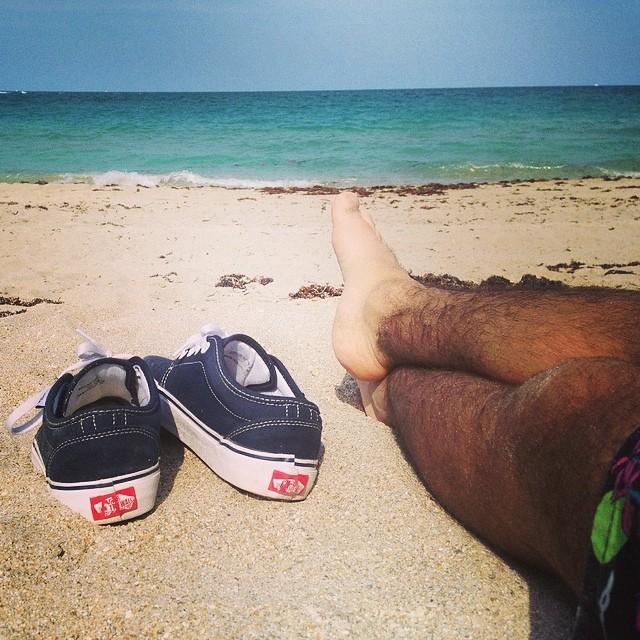 Mientras nosotros nos abrigamos para combatir el frío, nuestro amigo @helloelian disfruta de la playa y el mar en el hemisferio norte #vansforlife