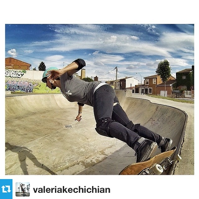"#repost from @valeriakechichian ""This & my friends make everything better"" #wisewords #livelife Photo @fedebosco #skatergirl #style #xshelmets"