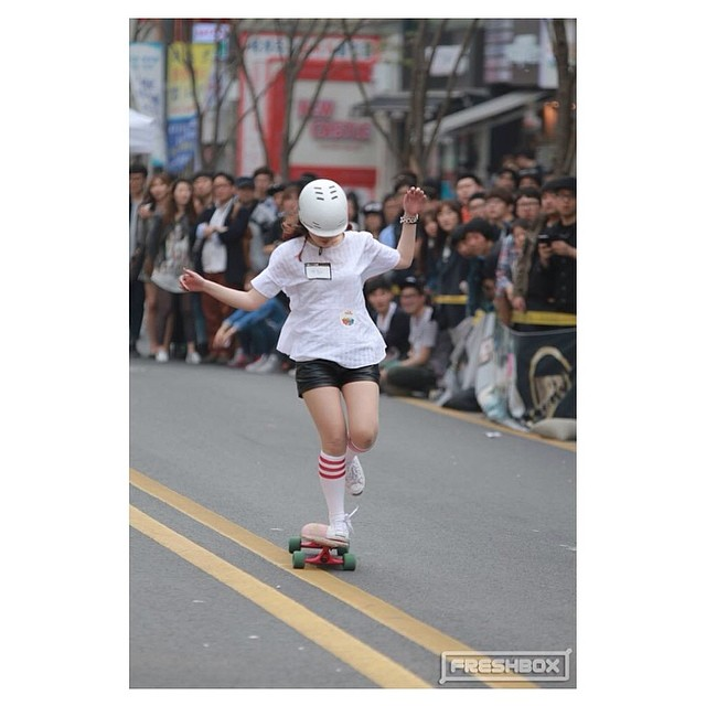 Go to www.longboardgirlscrew.com and check out the amazing talent of this #SouthKorean rider #SolbiHeo. It's been a while since we last saw a flow like hers #longboardgirlscrew #girlswhoshred #southkorea #weareallover