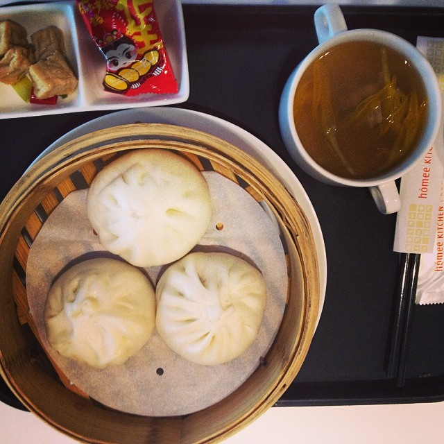 Sampling some buns, pork that is @mcelberts #taiwan #layover #travel #nomnomnom #exploremore
